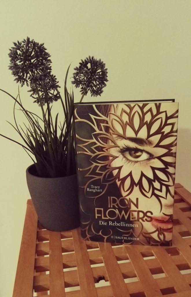 """Buchrezension zu """"Iron Flowers, die Rebellinnen"""" von Tracy Banghart (Sauerländer Verlag)"""