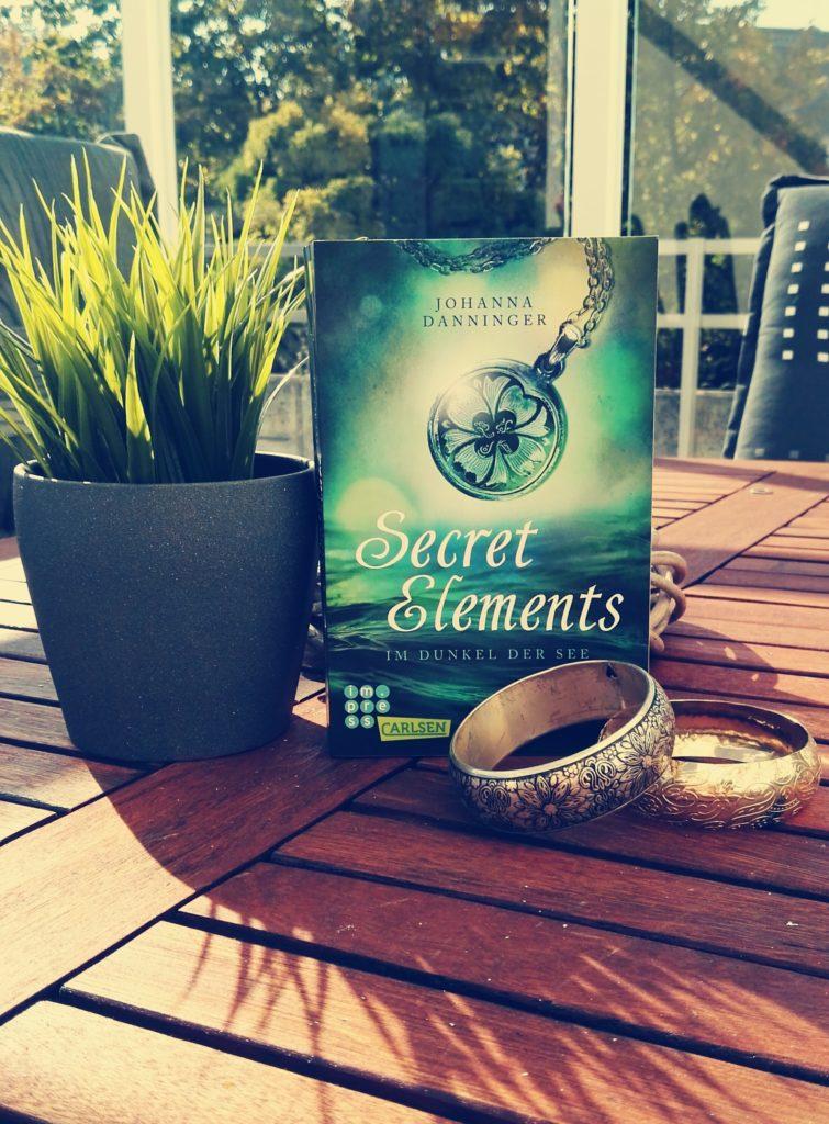 """Buchrezension zu """"Secret Elements – Im Dunkel der See"""" von Johanna Danninger (Carlsen Verlag)"""
